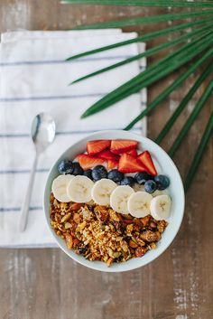 This granola is one of the things I regularly make, it's so incredibly easy and tastes delicious. Try making my simple nutty granola recipe yourself! Muesli, Breakfast Snacks, Breakfast Recipes, Breakfast Time, Nutty Granola Recipe, Healthy Treats, Healthy Recipes, Healthy Fit, Good Food