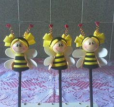 Ponteiras Abelhinhas, via Flickr. Clay Pot Crafts, Foam Crafts, Preschool Crafts, Diy And Crafts, Crafts For Kids, Paper Crafts, Fondant Bee, Flower Pot People, Painted Clay Pots