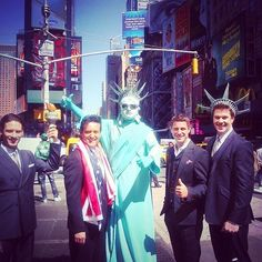 Good morning everyone with a picture that was once shared by @sebdivo when @ildivo arrived in the US. I chose this one with Lady Liberty and @divodavidmiller somewhat dressed for the occasion because today is carnival parade and fair in my parents' village and of course we'll take the twins who also want to be dressed for the occasion so preparations are already underway . Family day today! I wish you also a nice Sunday! Anne-Lies _________________________ #wecameheretolove #sebsoloalbum #te