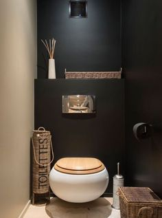 Black wall in a small toilet room? Could work with contrasting wall and good light Black wall in a small toilet room? Could work with contrasting wall and good light Bad Inspiration, Bathroom Inspiration, Pinterest Inspiration, Small Toilet Room, Toilet Wall, Guest Toilet, Small Toilet Decor, Downstairs Toilet, Bathroom Toilets