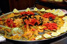 Paella – Παέγια Μια συνταγή θαλασσινών με ρύζι και λαχανικά Το διασημότερο φαγητό της Ισπανίας, οφείλει την ύπαρξή του στους Μαυριτανούς, που σύστησαν το ρύζι στην Ιβηρική χερσόνησο. Η αυθεντική σ…