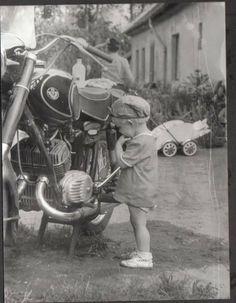 Retro Kids, Biro, Budapest, Cars And Motorcycles, Couple Photos, Biking, Vintage, Couple Shots, Bicycling