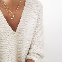 Malha branca + colares minimalistas