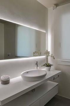 Ristrutturazione villa anni 70: Bagno in stile  di Claude Petarlin Bathroom Design Luxury, Bathroom Design Small, Modern Bathroom, Home Spa Decor, Washbasin Design, Bathroom Mirror Lights, Bathroom Design Inspiration, Beautiful Bathrooms, Ideas