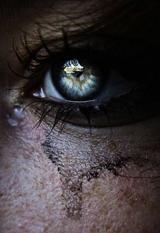 Beautiful eyes make the thickest tears. Beautiful Eyes, Beautiful Pictures, Amazing Eyes, Labo Photo, Juliette Greco, Amazing Photography, Art Photography, Emotional Photography, Poesia Visual