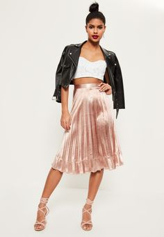 join the pleat parade in this midi skirt and get set for all eyes on you. featuring a luxe rose gold hue, midi length and pleated style, this piece officially passes the twirl test.