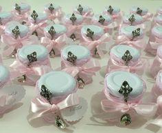 Kit de lembrancinha de maternidade para meninas e meninos. <br>30 potinhos de vidro decorados com renda e colherzinha em metal envelhecido prateado ou dourado. Podemos já fornecer com os doces, que podem ser; doce de leite ou brigadeiro. Não incluso nesse preço. <br>Os potes podem ser vendidos separadamente por R$11,00 a unidade.