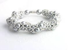 Náramok šitý z veľmi kvalitných strieborných perličiek značky Estrella dvoch veľkostí a strieborného TOHO rokajlu.