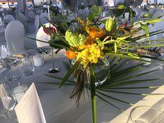 #Tischdekoration in runder Kugelglasvase, #Blumenstrauß mit Hortensie und Ranunkel in den Farben Orange, Gleb und Hellgrün, #Blumendekoration, #Feier, #Veranstaltung, #Event