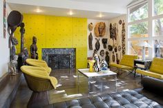 sculptures et statuettes de l'art africain et accents toutarde dans le salon contemporain