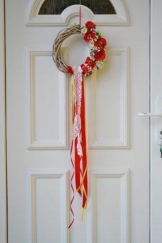 červený veniec na dvere z poľných kvetov