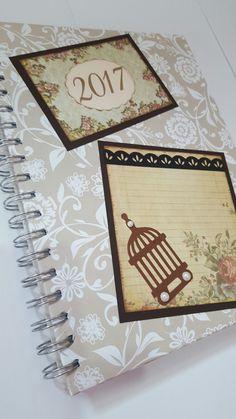 Caderno decorado com a técnica de scrap. Com espaço para personalizar com o nome.