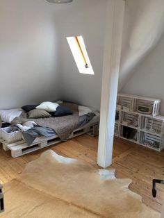 Hier Besteht Das Komplette Wohnzimmer Mobiliar Aus DIY Mobeln Eine Coole Sitzecke Paletten Sowie Ein Schickes Und Praktisches Wohnzimmertischc