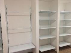 Kotvené kovové regály, které se skvěle hodí i do Vašeho bytu. Bathroom Medicine Cabinet, Shelving, Bookcase, Home Decor, Shelves, Decoration Home, Room Decor, Shelving Units, Book Shelves