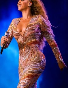 Beyonce Is Becoming Iconic For Marrying Music And Fashion Perfectly. Beyonce On The Run 2 Style Was Jaw Dropping And We Have The Details Inside Beyonce Hits, Estilo Beyonce, Beyonce Style, Beyonce And Jay Z, Stage Outfits, New Outfits, Beyonce Performance, Beyonce Family, Queen Bee Beyonce