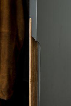 Rénovation d'un appartement au coeur du VIe arrondissement. Maîtres d'œu… Renovation of an apartment in the heart of the arrondissement. Wardrobe Door Designs, Wardrobe Design Bedroom, Bedroom Decor, Wardrobe Door Handles, Wardrobe Doors, Dressing Design, Joinery Details, Furniture Handles, Cheap Furniture