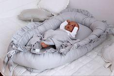 Chcete vášmu bábätku zabezpečiť pokojný a kvalitný spánok? Aby aj počas oddychu malo pocit, že je v bezpečí a chránené? Hniezda do postieľky sú skvelým pomocníkom čerstvých rodičov. Dieťatko je v hniezde bezpečne uložené, tvar hniezda tiež bábätku navodzuje pocit bezpečia a ochrany, vďaka čomu bude spať pokojnejšie. Baby Room Design, Bassinet, Kids Room, Bed, Furniture, Home Decor, Crib, Room Kids, Decoration Home