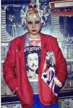 la moda punk banaliza la iconografía inglesa desde la bandera hasta el retrato de la Reina, siendo esta la cara de la banda Sex Pistols.