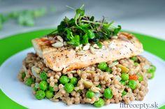 Ak máte radi lososa, skúste si pripraviť tento jednoduchý fit recept – grilovaný losos na kuskusovom šaláte s kozím syrom, hráškom, olivami a slnečnicou. Je to zdravé a výživné jedlo s vysokým obsahom vitamínov minerálov. Ingrediencie (na 2 porcie): 200g lososa 1/2hrnčeka celozrnného kuskusu 40g kozieho syra 20g slnečnicových semiačok 40g hrášku 1/2 cibule 2 […]