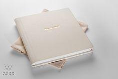 Bryllupsalbum 30x30 cm i eksklusiv kvalitet. Trukket i ekte skinn og med gullnavn på forsiden.