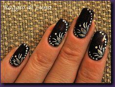 Raggio di Luna Nails: Silver flower & white dots