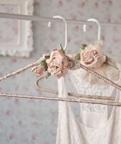 Somerset Home Spring 2016 - Solve the problem of blouses slipping off their hangers with these decorated beauties by Edan Ruthan Miller. Shabby Chic Crafts, Shabby Chic Homes, Shabby Chic Decor, Crafts To Sell, Home Crafts, Diy Home Decor, Diy And Crafts, Arts And Crafts, Wedding Dress Hanger