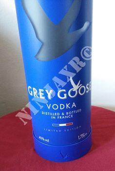 Splendida ed originale lampada da arredo creata artigianalmente con bottiglia Magnum di vodka Grey Goose introvabile. E' stata creata in modo artigianale, forando il vetro ed assemblando la parte elettrica. La bottiglia utilizzata è la Magnum (1,75 L.) di vodka Grey Goose Night Vision Edition. La base nasconde led bianchi ad alta luminosità alimentati a batterie. Si accendono con l'apposito pulsante posto sotto la bottiglia.