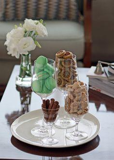 Macarons de limão, petitfours de pistache e palitos de chocolate para acompanhar o cafézinho
