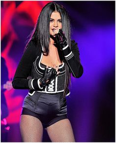 Selena Gomez Performs at WiLD 94.9's FM's Jingle Ball 2015 in Oakland