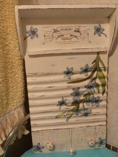 Tabla de Lavar/Colgador decorada con craquelado y decoupage
