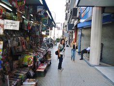 Paseando por las calles de la gran Av. Corrientes en Buenos Aires.