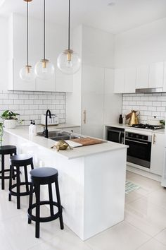 13 Minimalist Kitchen Ideas For A Modern House. Elegant White Minimalist Kitchen Design Ideas For More Comfortable. Kitchen Decorating, Home Decor Kitchen, New Kitchen, Home Kitchens, Decorating Ideas, Kitchen Ideas, Mini Kitchen, Small Kitchens, Kitchen Small
