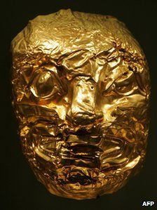 Gold funerary mask of the Tumaco culture, at the Bogota Gold Museum - file photo 2007