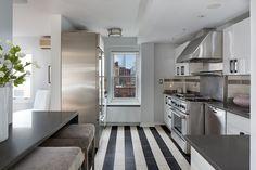la cocina con barra y taburetes del piso de Julia Roberts