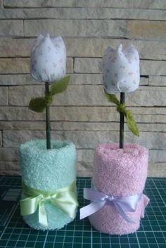 Vasinho de flor de tulipa, confeccionada com toalhinha de mão e tulipa em tecido. Diversas cores!!! Pedido minimo de 6 peças R$ 9,50 by Linada