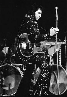 "Elvis - Boston Garden  Nov 1971    |   ""He sings like an angel and moves like a ballerina, and he left me struck dumb.""      | CONCERT DATE: November 10, 1971 (8.30 pm). Boston, MA. Boston Garden.  BOSTON Rolling Stone In Praise of Elvis Presley By Jon Landau"