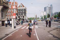 #amsterdam 今日的天氣比昨天好,一早出門就有陽光。我們當然非常珍惜,立即騎著單車出門。今日我們打算去做文藝青年,向荷蘭當代藝術館(Stedelijk Museum Amsterdam) 出發!  #netherland #holland #picnic #park #travel #bike