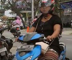 Emak-emak naik motor, kalahin anak muda