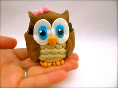fondant owl-- Be still my heart, I could eat her. No really, I could.