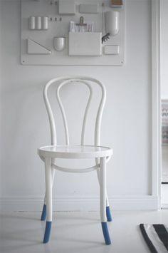 Silla blanca con patas azules pintada con la tecnica del 'dip and dye' http://servicolor.com/ideas/diy-tutorial-dip-and-dye/