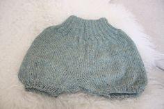 Shorts fra Den Store Guttestrikkeboka. Strikket i Drops Alpaca. #barselgave #knitted #strikk #baby