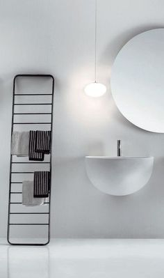 THE シンプル。これだけで十分ですね。 鏡や洗面台のデザインも、心惹かれます。