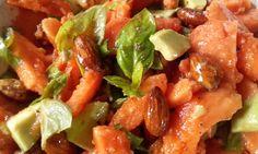 Salade: papaya, avocado, verse basilicum, zoete amandelen, spicy amandelen, olijfolie en een beetje appelciderazijn