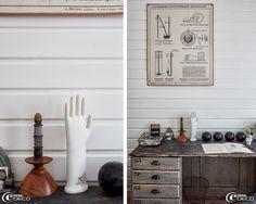 En décoration dans un bureau, un moule de gant en porcelaine et une affiche scolaire chinés chez 'Metal & Woods' à Versailles