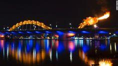 ¿Un puente en forma de dragón que escupe fuego? Conoce el símbolo de éxito de Vietnam.Inaugurado el año pasado en la ciudad de la costa central de Vietnam de Da Nang, el Rong Cao (Puente del Dragón) es una maravilla de la ingeniería, diseñada en EE.UU. y galardonada, que se ha convertido en un favorito de los residentes y visitantes, y un icono de un futuro próspero que este pueblo somnoliento alguna vez soñó.