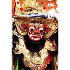 O rei dos espíritos protetor da ilha de Bali. // The king of the spirits Bali Island protector.  Barong #barong #mythology #bali #lion #colors #folk #wonderfulindonesia #balicili #dance #instatravel @grupo.treis by projetodeboa