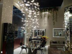 Małe lampeczki odbijające światło od kryształków sprawiają wrażenie jakby w naszym salonie padał deszcz gwiazd