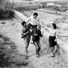 LE CINEASTE CLAUDE LELOUCH ET SES ACTEURS, 1966  Porté en triomphe par ses interprètes (Pierre Barouh, Jean-Louis Trintignant et Anouk Aimée), le cinéaste de 28 ans est censé fêter la Palme d'or que son sixième long-métrage, « Un homme et une femme », vient de remporter au Festival de Cannes en 1966.