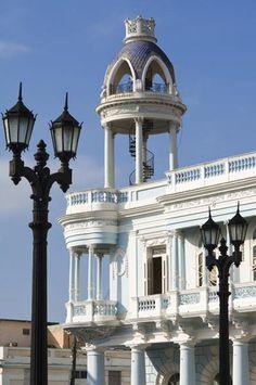 Cuba 09 Centro histórico urbano de Cienfuegos fue fundada el año 1819 por colonos franceses, cuando Cuba se hallaba todavía bajo la dominación española. Con el correr del tiempo se convirtió en un centro comercial de productos como la caña de azúcar, el tabaco y el café.