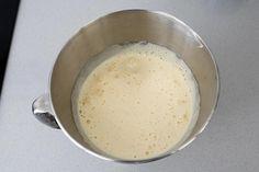 Batir los huevos y el azúcar hasta que espumen Vegan Desserts, Oatmeal, Pudding, Breakfast, Videos, Sun, Birthday Treats, Cold Desserts, Easy Food Recipes